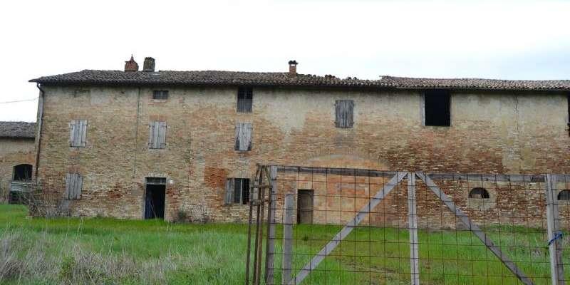 Casa in VENDITA a Parma di 800 mq