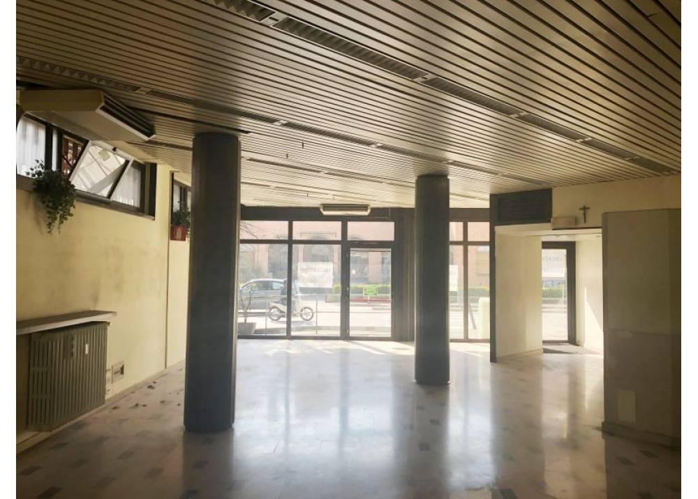 Affitto Locale Commerciale a Parma monolocale Q.re Montebello di 130 mq