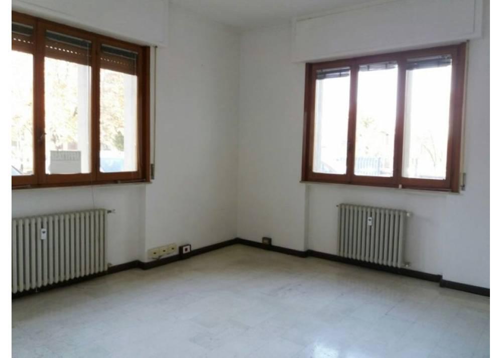 Affitto Locale Commerciale a Parma monolocale Q.re Montanara di 65 mq