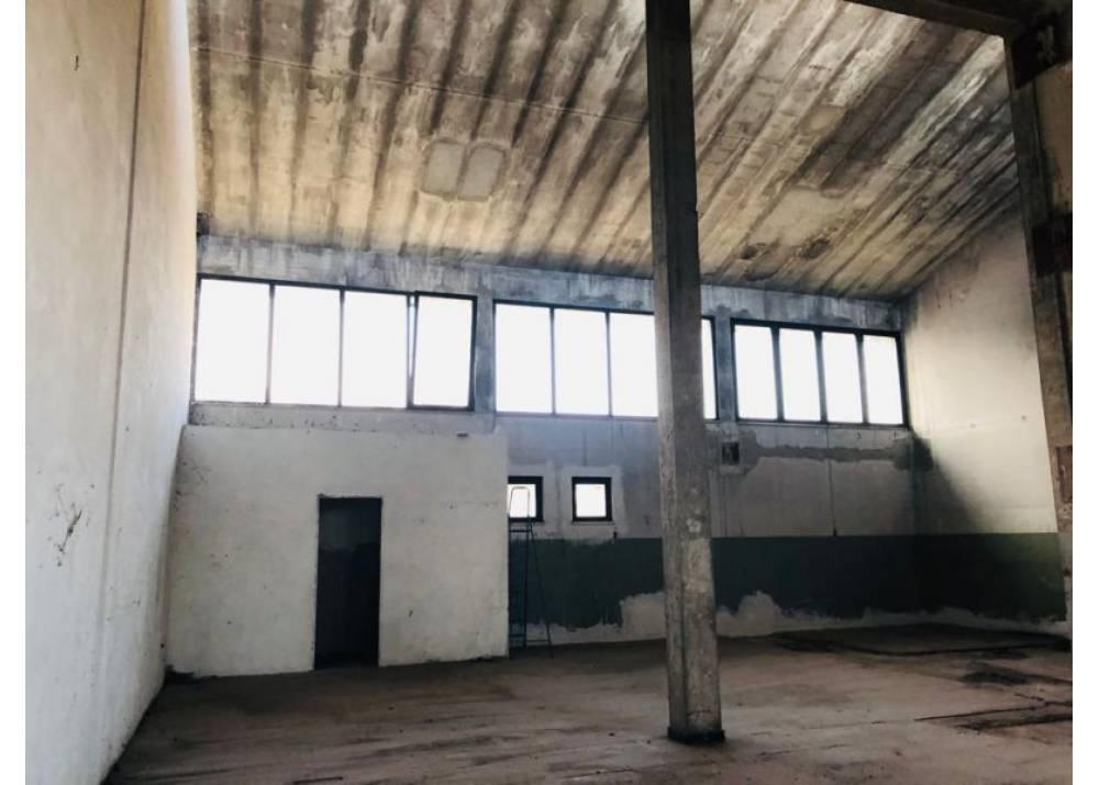 Vendita Locale Commerciale a Parma monolocale Prati Bocchi di 180 mq